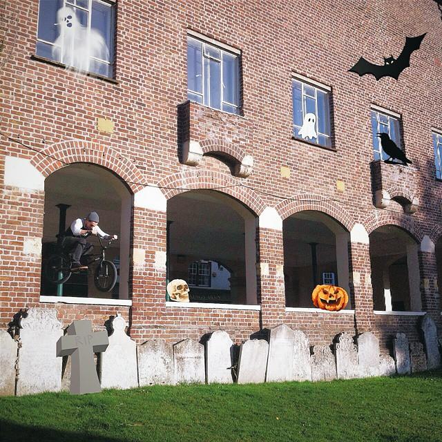 Halloween Yo. @scottgbarker photo skillz, catching all them spooks @bmxfu